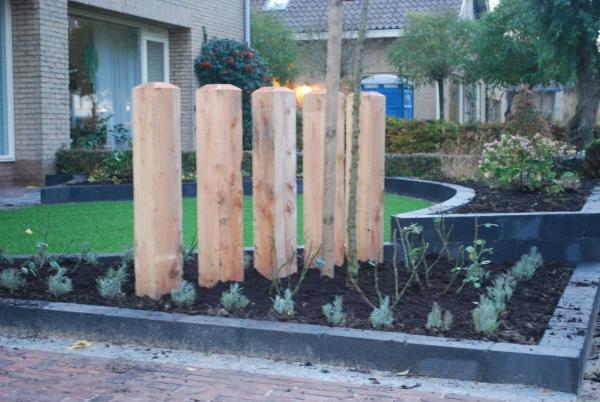 Houten Palen Tuin : Terras midden in de tuin afgeschermd met kastanje houten palen en